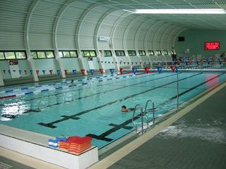 https://commons.wikimedia.org/wiki/Swimming_pool#/media/File:Fm_stirling_pool.jpg