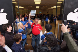 Robert Scoble, the first iPad man at Apple Store Palo Alto by Jun Seita Flickr Licensed Under CC BY 2.0