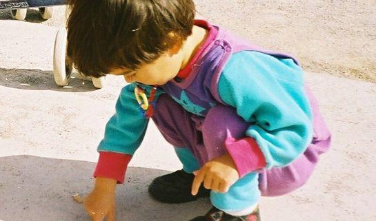 'Child Exploring/Walter De Maria/WikimediaCommons'