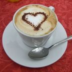 Ashleee, Cappuccino mit Kakaoherz/Wikimedia Commons, public domain