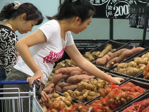  Wal-Mart Beijing 2004, by Fruitnet.com, Flickr, CC BY 2.0
