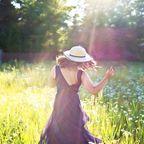 pretty woman in field, Jil111, Pixabay, CC0