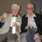 Wikimedia Commons, Albert Ellis ve Aaron Beck bir yere bakarken by OnurCaliskan6, CC by 2.0