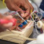 Maker faire Africa, hands making, photo: Maker Faire Africa 2010 – Nairobi @ https://www.flickr.com/photos/53374366@N07/4931114031/ Licence: https://creativecommons.org/licenses/by/2.0/